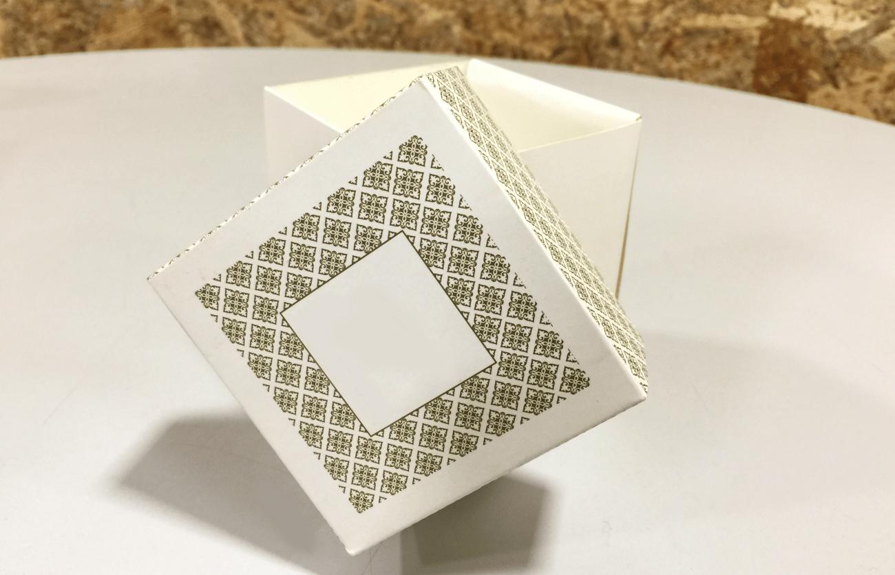 caixa com acabamento personalizado