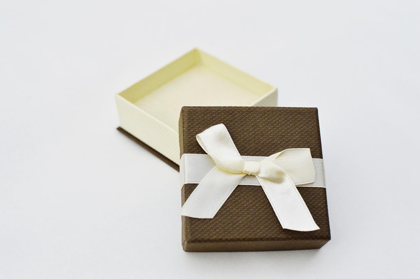 caixa castanha com detalhes