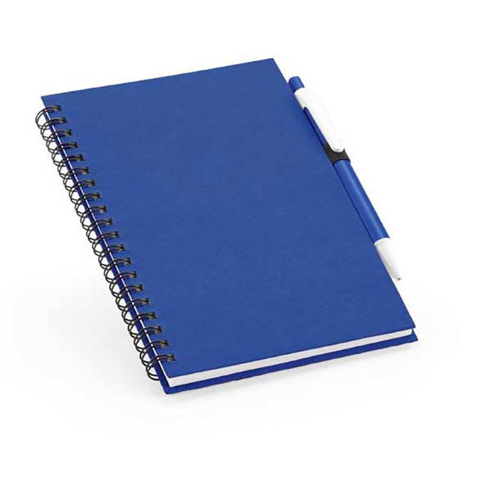 Bloco de notas. Capa rígida. 80 folhas lisas de papel reciclado. Inclui esferográfica escrita azul. 125 x 180 mm