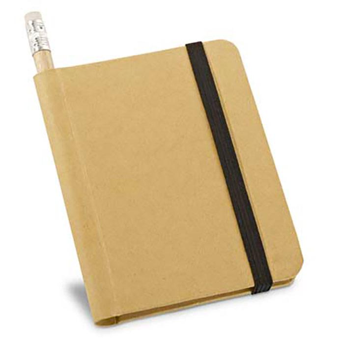 Bloco de notas de capa rígida em cartão reciclado. Fechas com elástico. 70 folhas lisas de papel reciclado. Inclui lápis. 82 x 105 mm