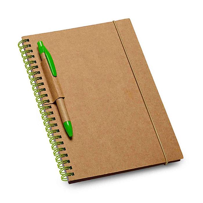 Bloco de notas. Cartão. Capa rígida. Com 60 folhas pautadas de papel reciclado. Esferográfica não incluída. Produto amigo do Ambiente. 140 x 180 mm